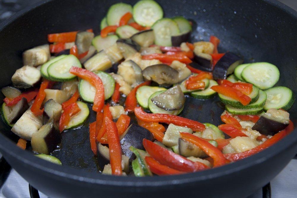 Cuociamo le verdure in padella con un cucchiaio di olio EVO