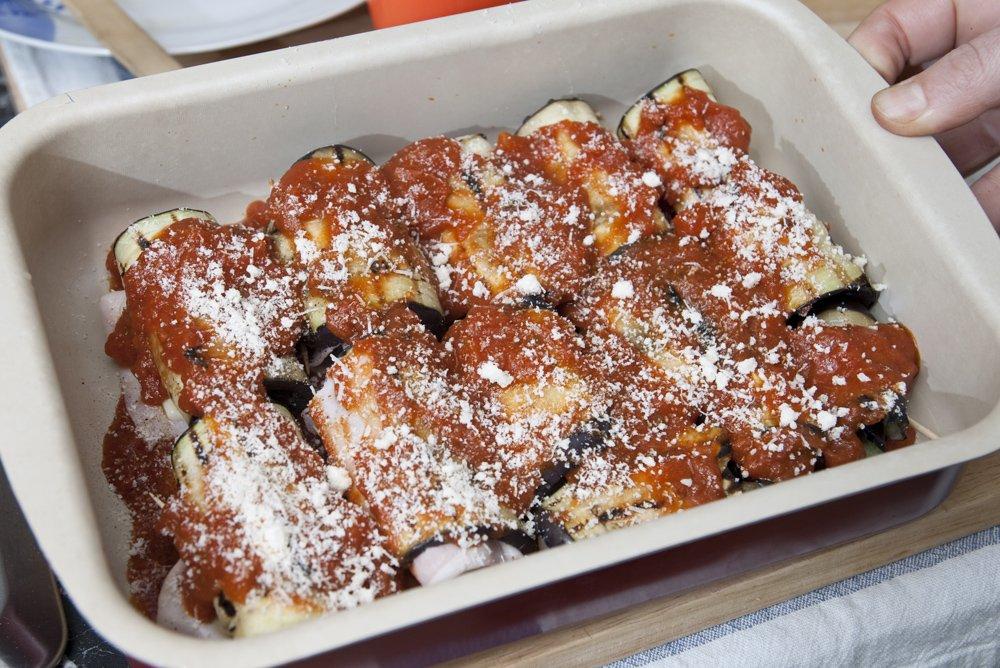 Cospargiamo di salsa di pomodoro e spolverizziamo con Parmigiano