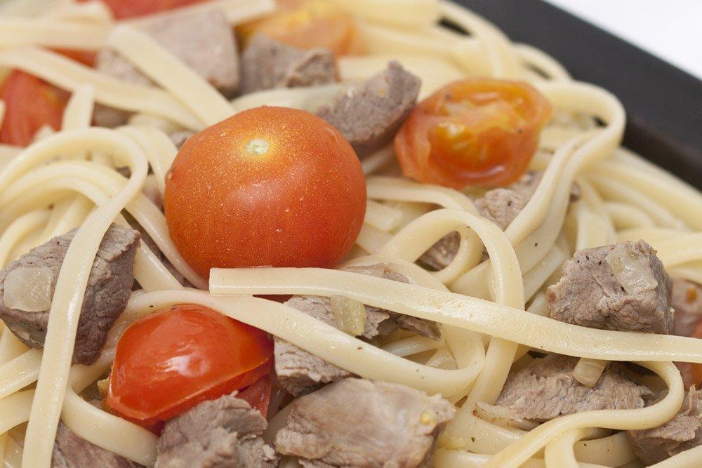 I tagliolini al ragù bianco d'anatra e pomodorini pronti