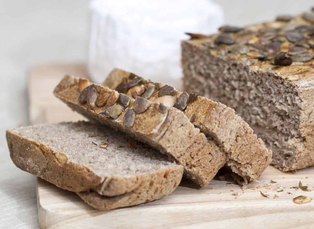 Il pane di segale con i semi di zucca pronto e tagliato