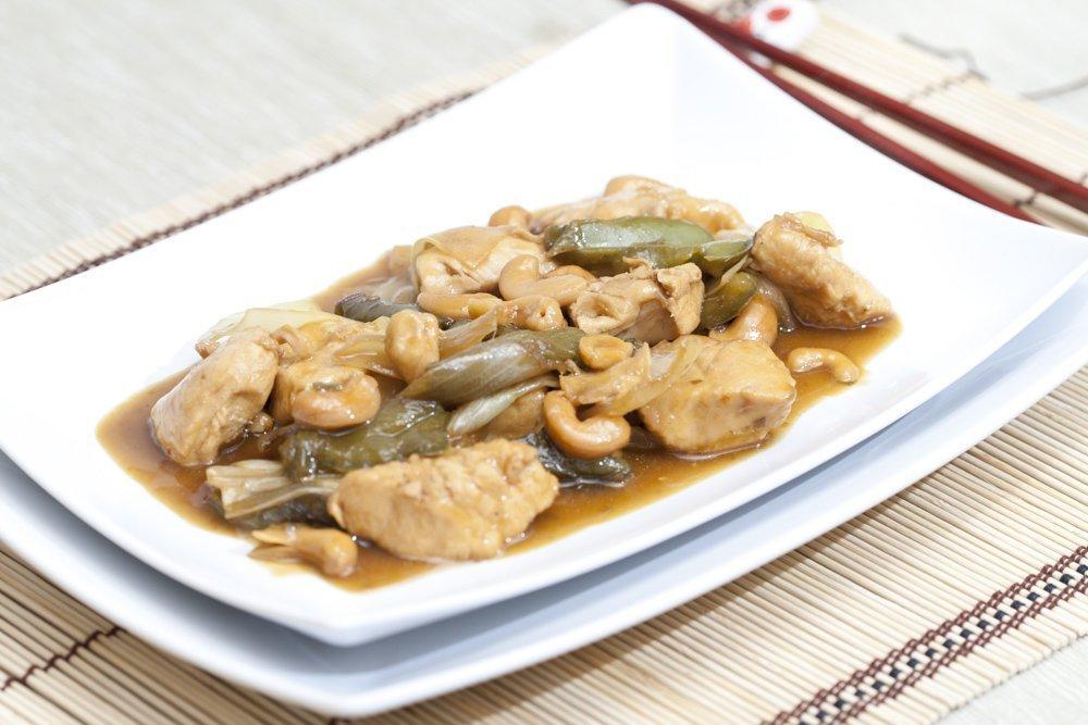 Piatto di pollo con gli anacardi