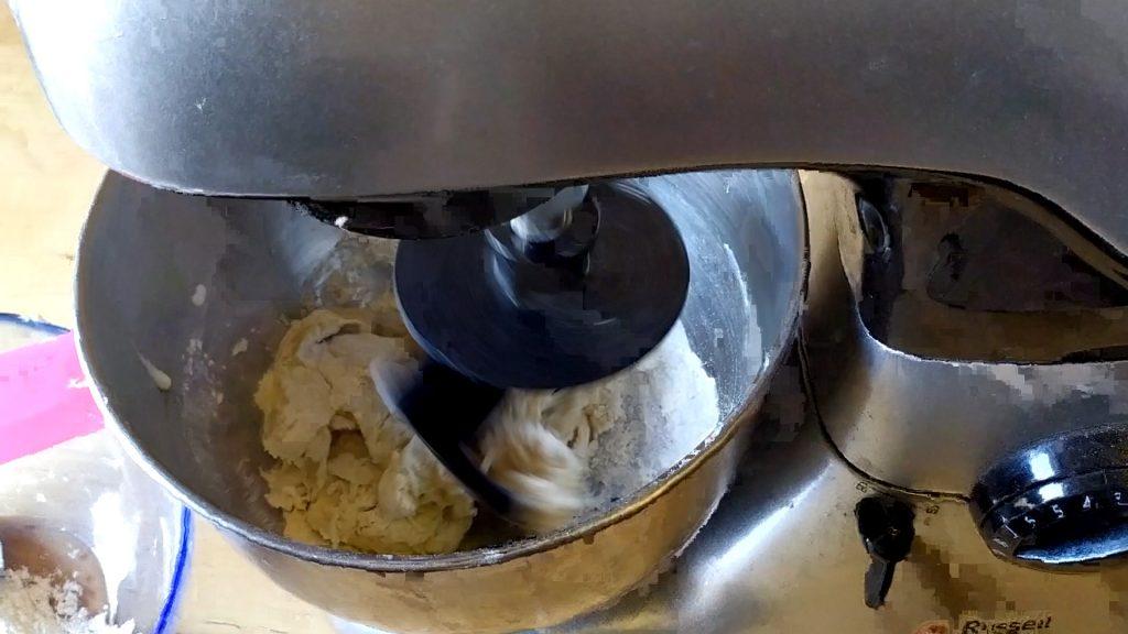 Montiamo il gancio per impastare e continuiamo ad aggiungere farina.