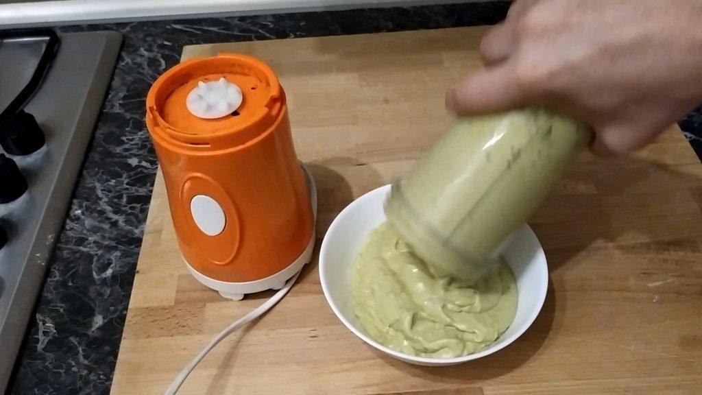 Versiamo la crema di avocado e yogurt in una scodella e lasciamo riposare in frigorifero