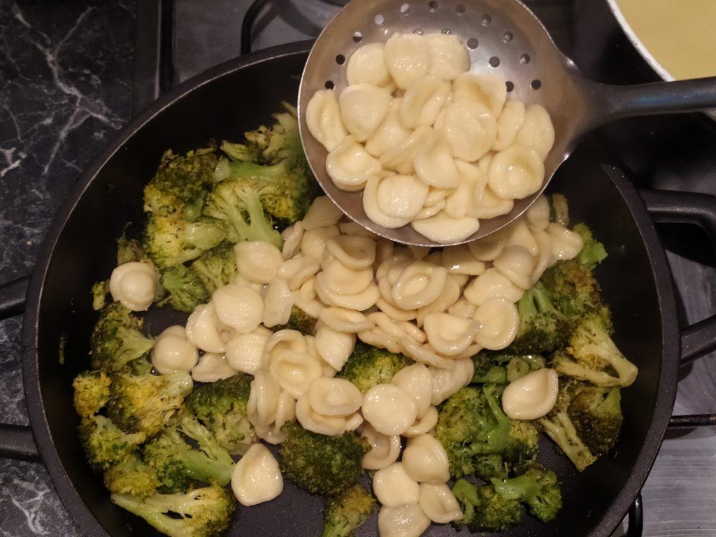 Aggiungiamo le orecchiette ai broccoli