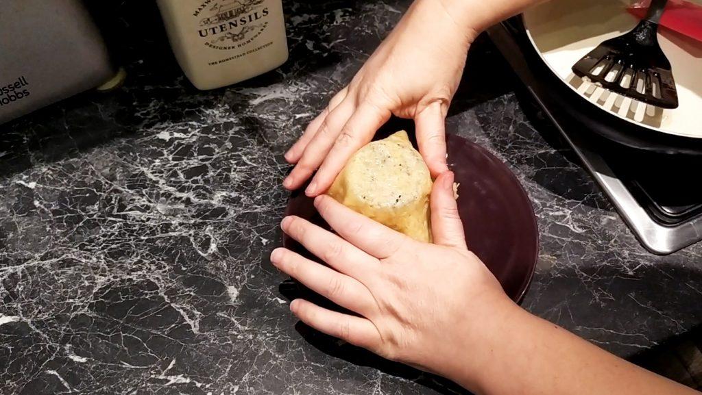 Formiamo il cestino di Parmigiano aiutandoci con le mani