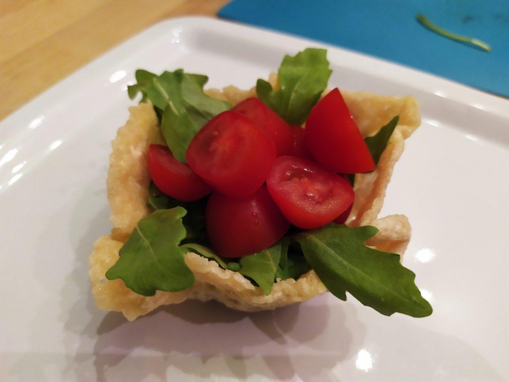 Inseriamo i pomodori datterini nel cestino di Parmigiano