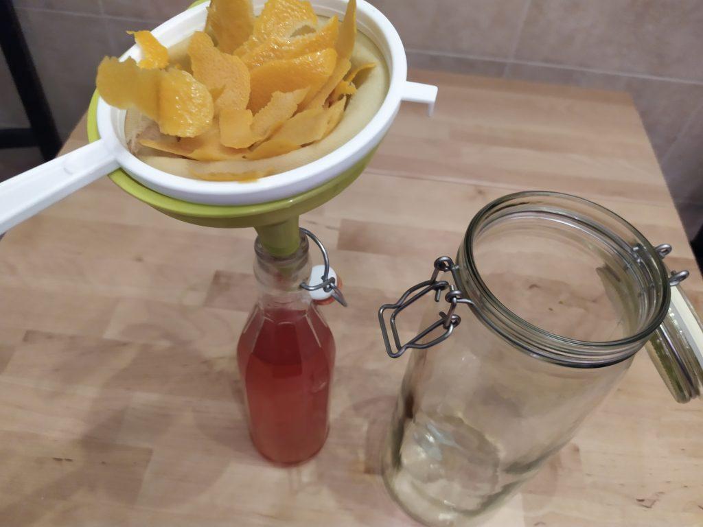 Filtriamo l'infuso di alcol e scorze di arancia