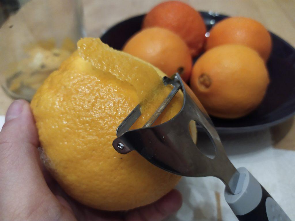 Rimuoviamo la buccia più esterna delle arance con un pelapatate