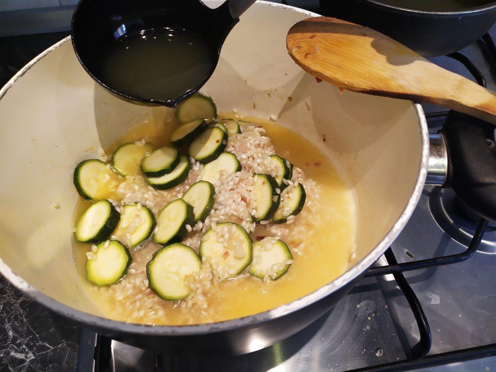 Aggiungere al riso con le zucchine il brodo vegetale