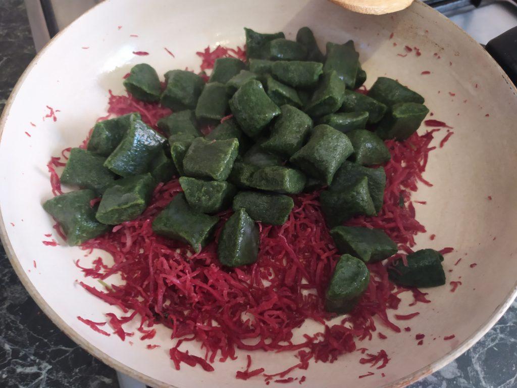Saltare gli gnocchi di spinaci senza patate con la bresaola