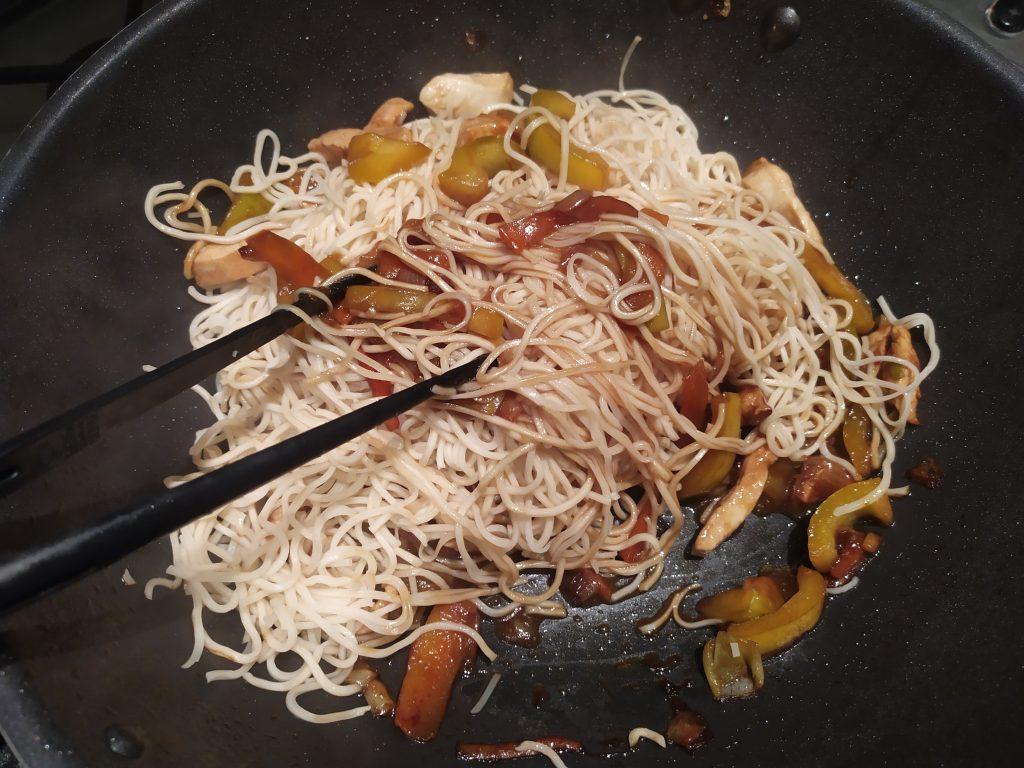 Saltiamo gli spaghetti chow mein nel wok