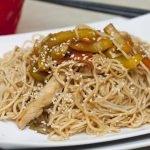 Spaghetti saltati con verdure e pollo alla cinese