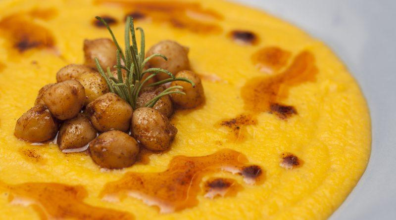 Vellutata di ceci e carote con curcuma e ceci alla paprika