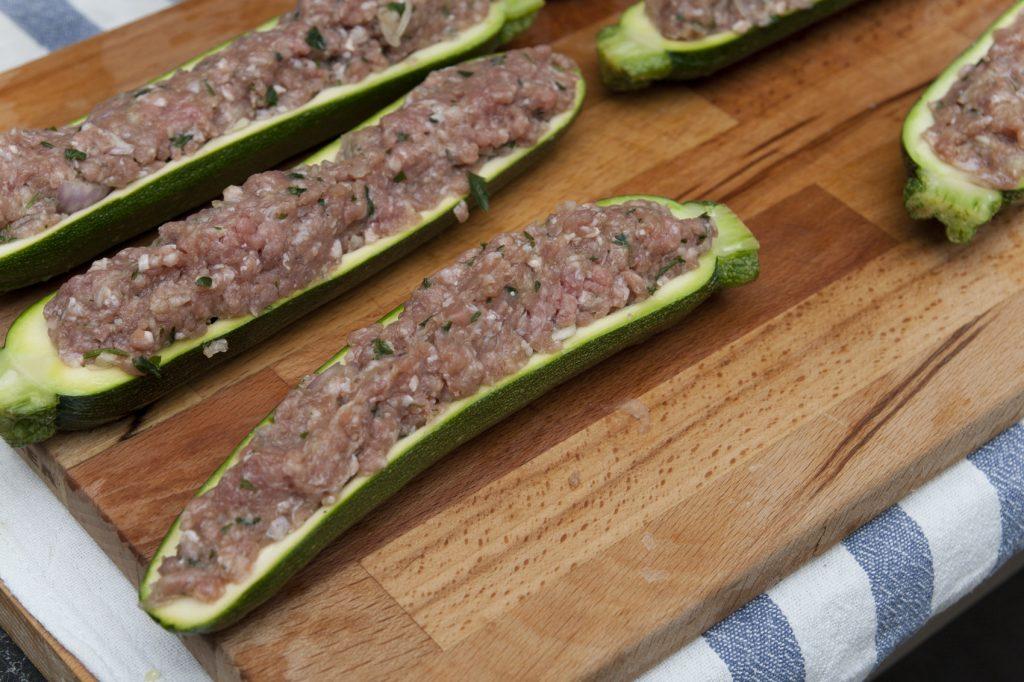 Farciamo le zucchine con il ripieno di carne