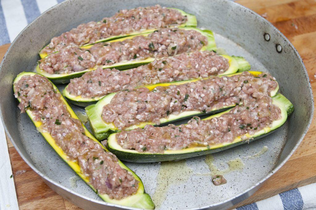 Porre le zucchine in una teglia e infornare