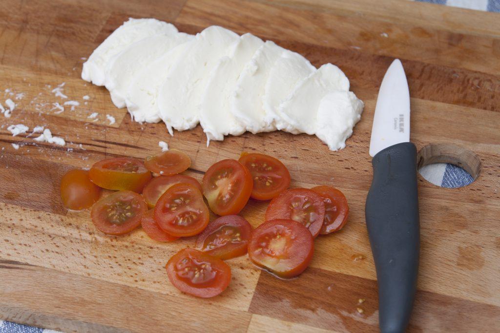 Affettare mozzarella e pomodori