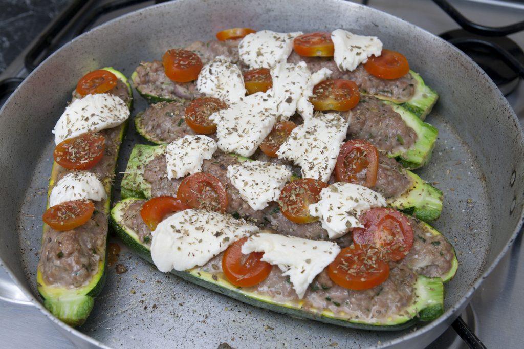 Posizioniamo sulle zucchine i pomodori e la mozzarella