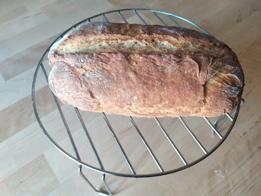 Lasciare raffreddare il pane proteico ai fagioli su una gratella