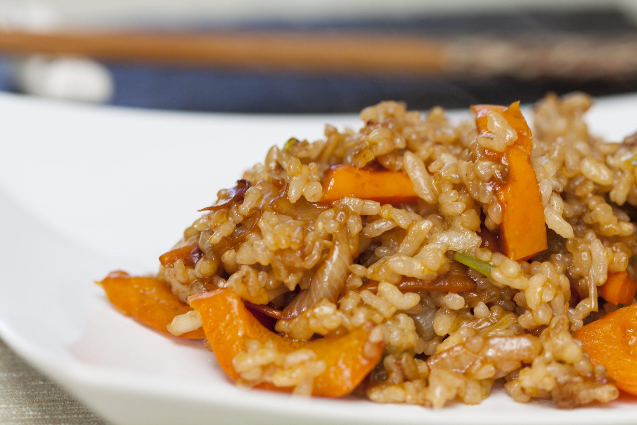 Riso saltato con verdure, ricetta cinese facile e veloce.