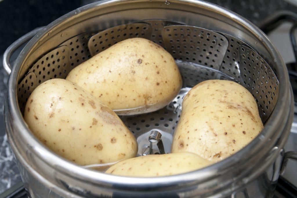 Cuociamo le patate per gateau nella pentola a pressione