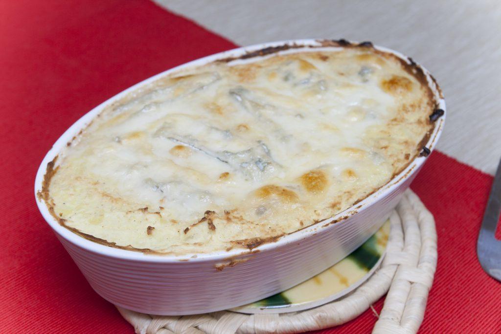 Il gateau di patate con gorgonzola e speck sfornato