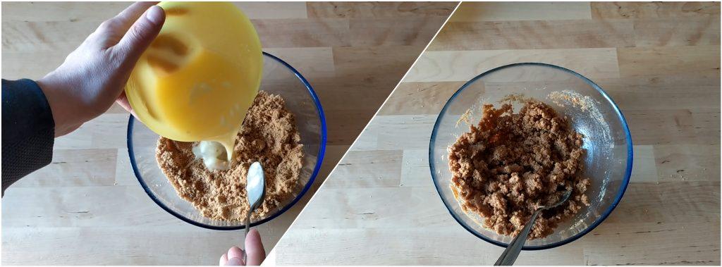 Uniamo il burro fuso ai biscotti tritati e formiamo un impasto