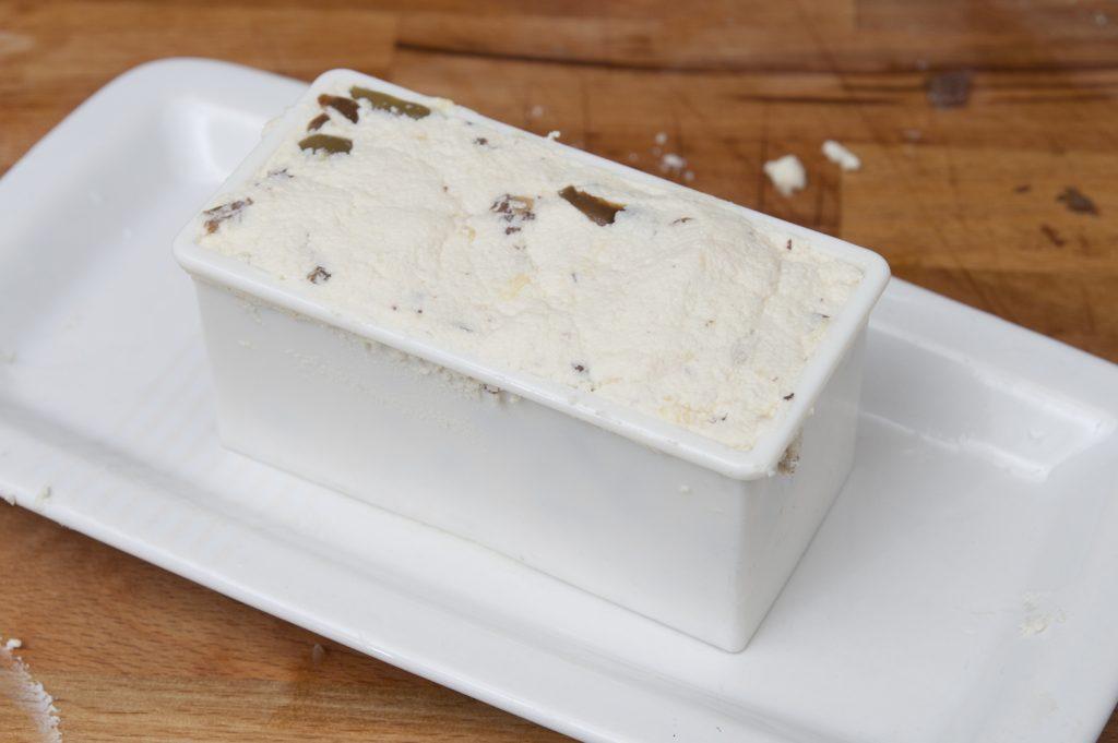 Dare forma al formaggio fresco con un coppapasta