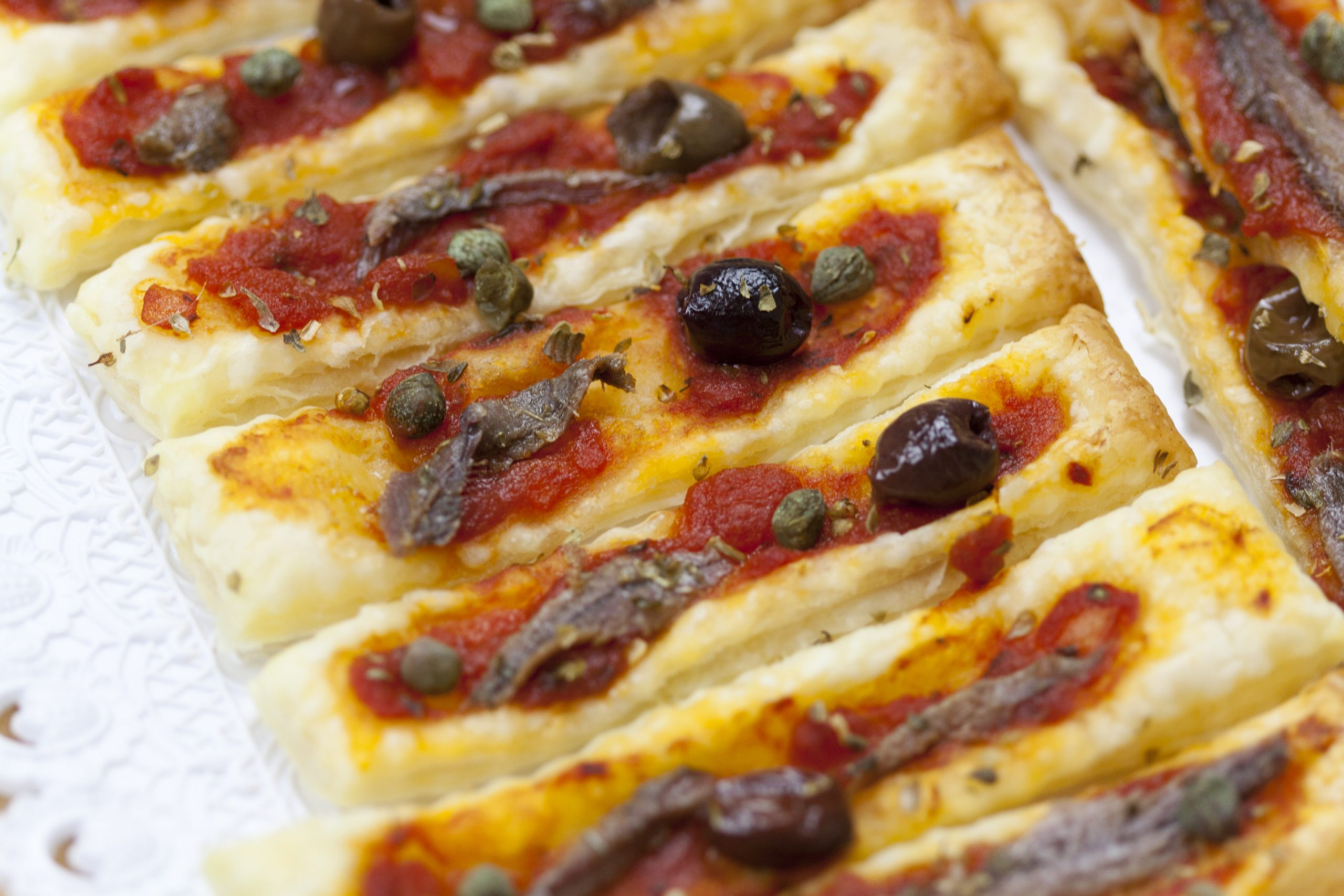Antipasti di pasta sfoglia alla pizza