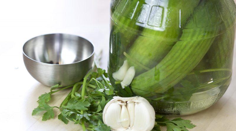 Cetriolini agli aromi fatti in casa