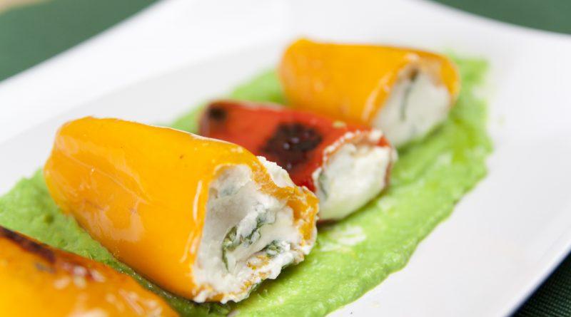 Peperoncini dolci ripieni con formaggio caprino fresco