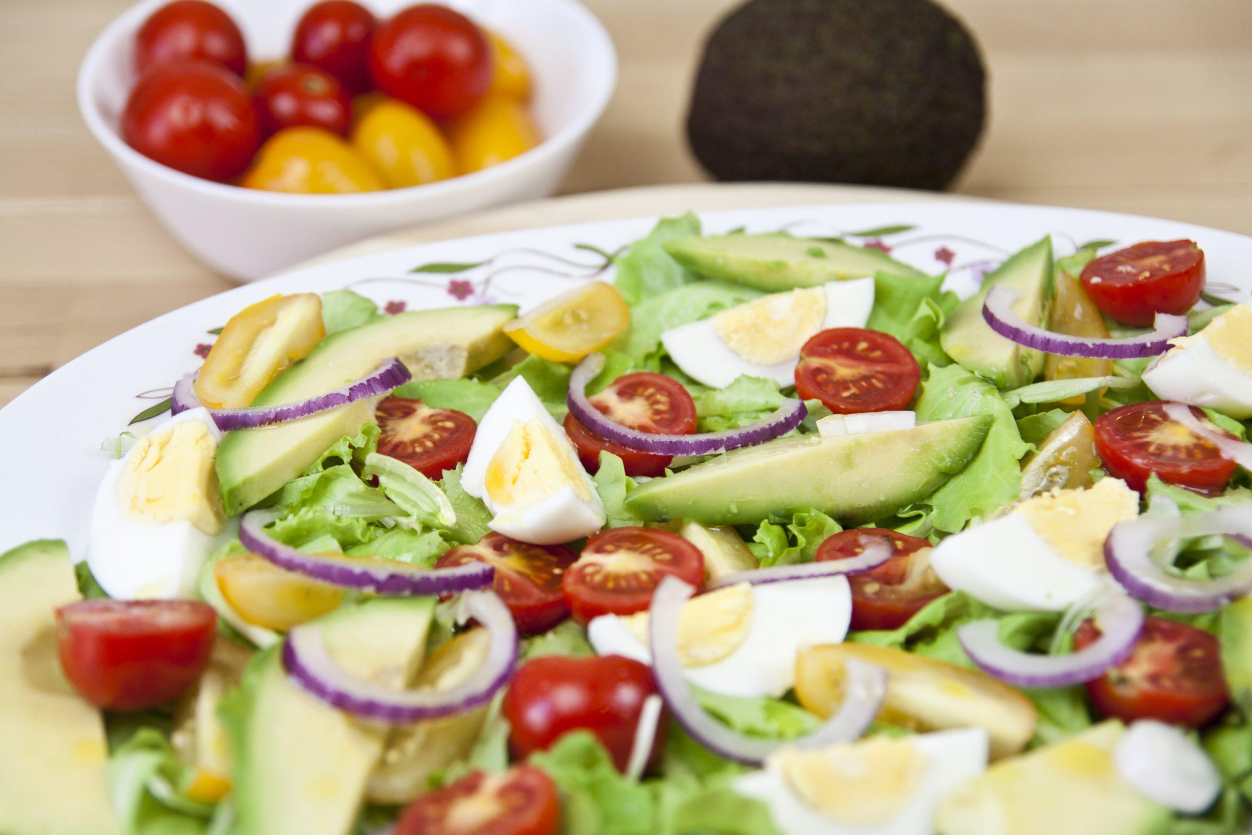 Insalata di avocado con uova e pomodori
