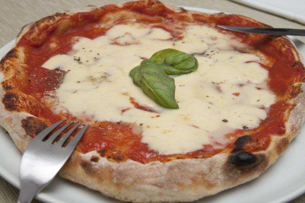 La pizza preparata con la planetaria appena sfornata