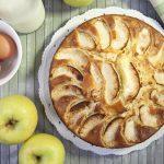 Torta di mele soffice, preparata con la planetaria