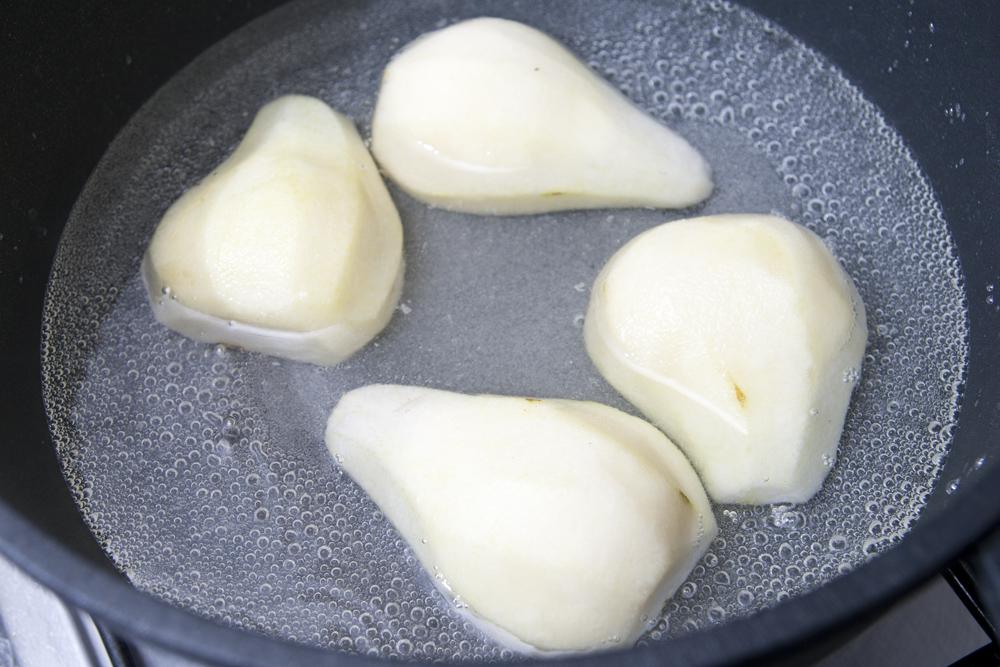 Cuocere le pere in acqua e zucchero
