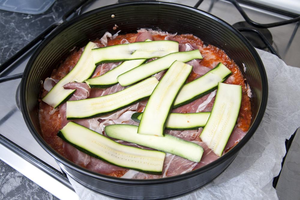 Condire con pomodoro, prosciutto e zucchine