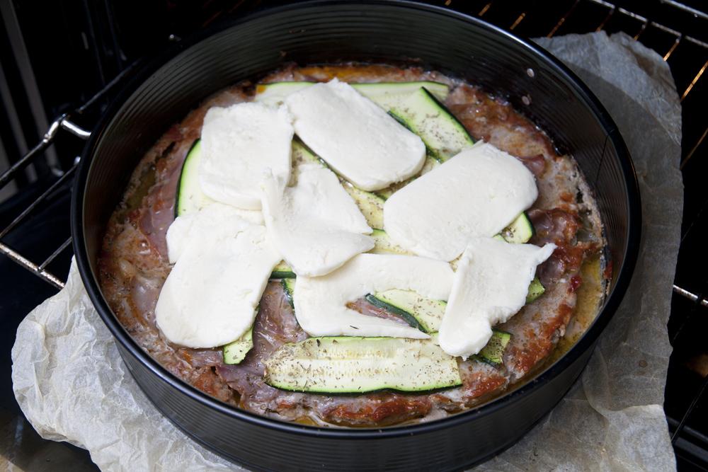 Aggiungere la mozzarella tagliata a fette sottili