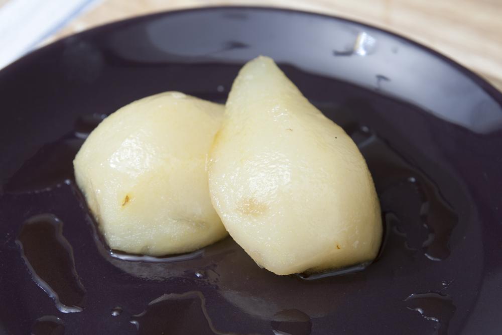 Posizionare le pere caramellate al centro dei piatti da portata